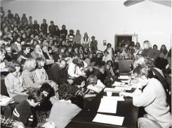 A crowded lecture hall. When RUC was created, the famous bungalow buildings were raised as a temporary solution to the urgent need to receive the pressure of student admission growth. Most of these buildings are still being used today.